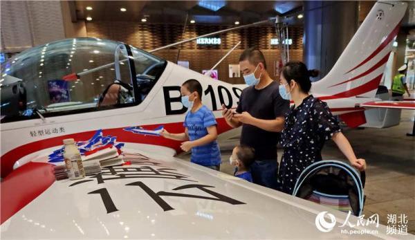 光明网多架直升飞机现身武汉商圈引市民驻足观赏