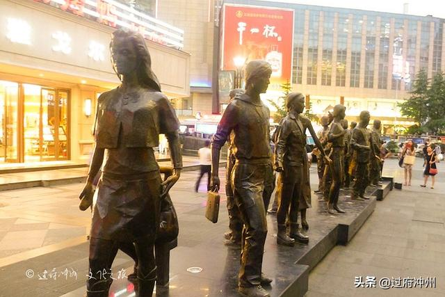 """「旅行柚子君」成都的时尚之心,有只""""熊猫""""超可爱,每天无数游客,夜晚超繁华"""