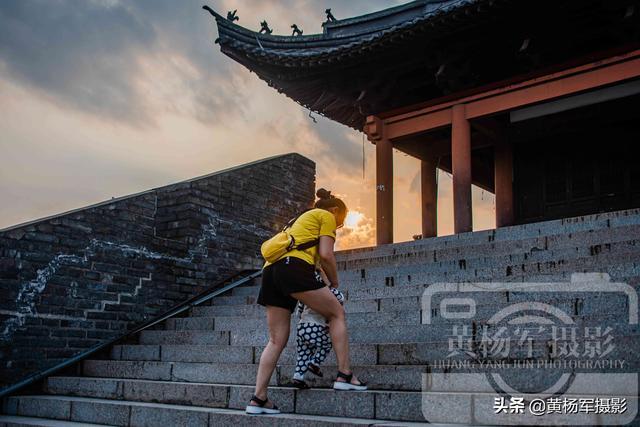 玩乐足迹■江西赣州古浮桥,宋代墙下横卧贡江800多年的桥,人来人往很热闹