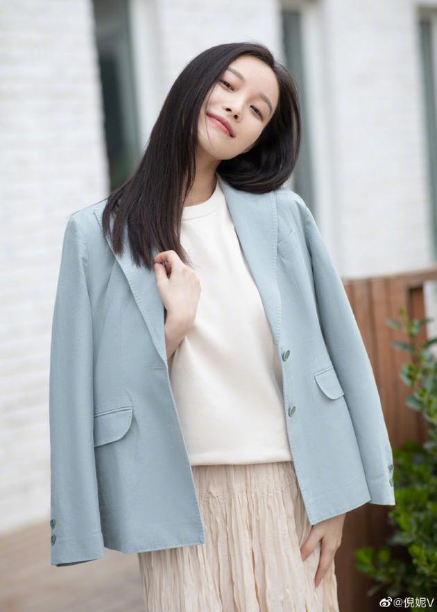 「东北网」倪妮分享春日奶茶系look 蓝色外套搭长裙甜度满分