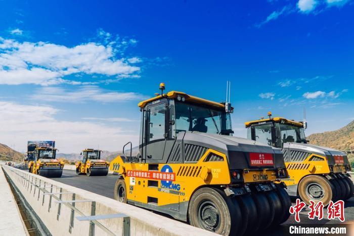 中国新闻网客户端攀大高速公路四川段首次应用无人机群进行沥青路面施工