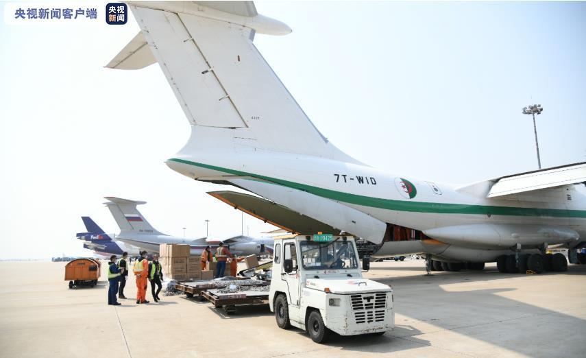 #央视新闻客户端#5架外国军机同天赴上海浦东机场自提防疫物资