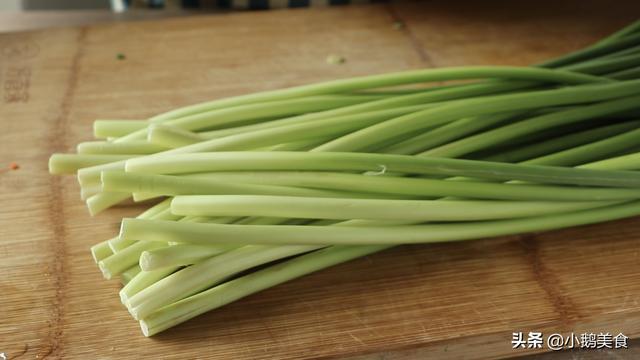 老一辈的腌蒜苔,简单一揉一泡,酸甜爽脆真美味,天天吃不腻