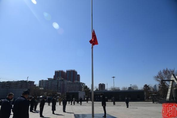 """『东北新闻网』今天,沈阳""""九·一八""""历史博物馆降半旗哀悼抗疫牺牲烈士和逝世同胞"""