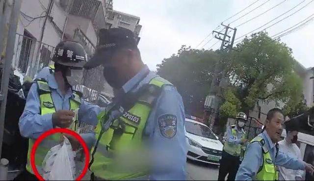 上观新闻上海一小区垃圾桶惊现14万元现金无人认领,民警兵分多路寻失主,终完璧归赵