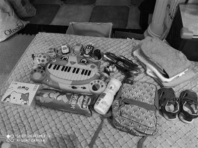 """中国青年网武汉买家给娃一次网购收获各种""""宠""""包裹还夹着卖家手写信"""