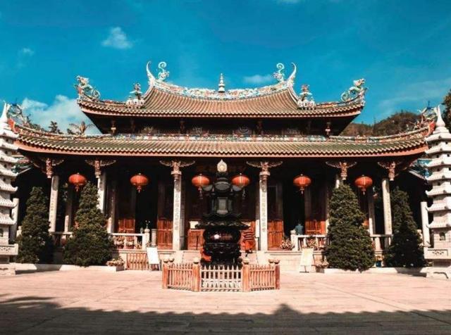 """#世界那么大#香火最""""旺""""的千年古寺,门票免费还赠送一枝香火,游客蜂拥而至"""