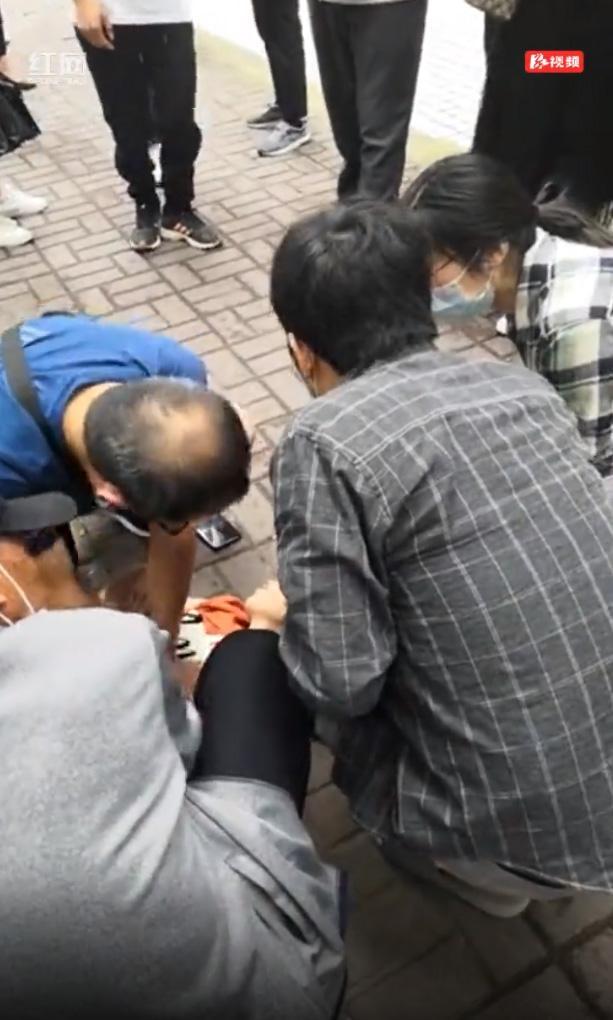 红网张家界:老人街头晕倒心跳停止 路过医生2000余次按压施救