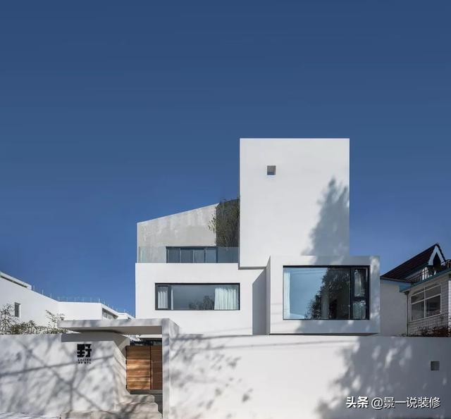 玩乐足迹:600㎡极简白民宿,水中长出的矩形建筑,纯粹至美