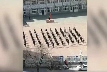 「北青网」少年强则国强!小学生隔着围墙向国旗敬礼