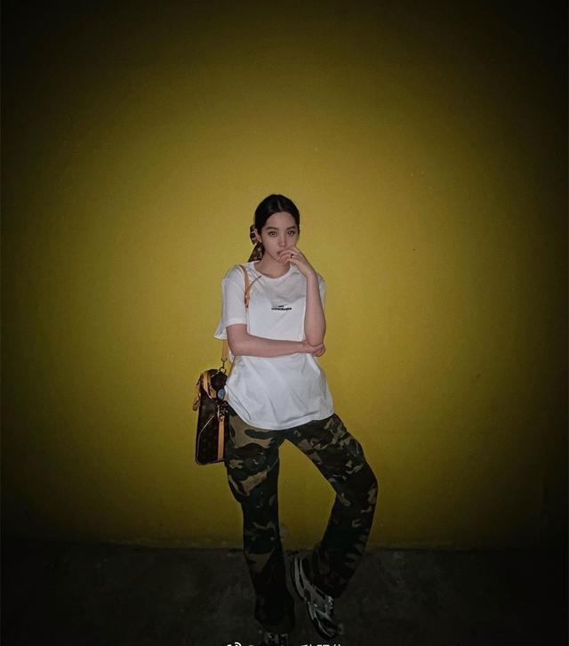 时尚迪科中性风高手欧阳娜娜,居然破天荒走起了淑女风,白色连衣裙超温柔
