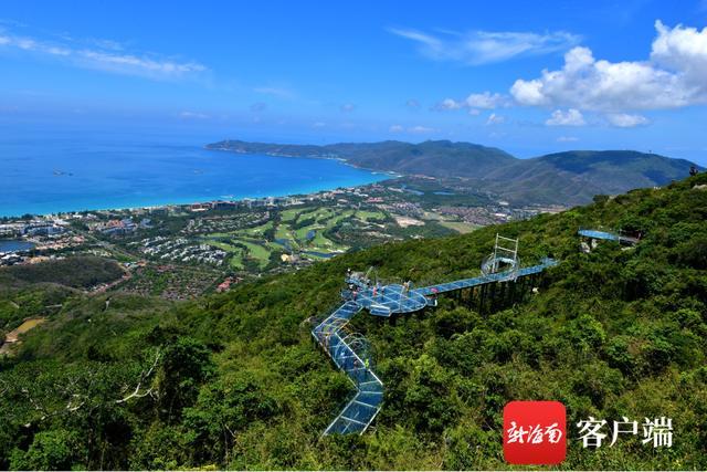 南海网中国旅游日 游客在三亚亚龙湾热带天堂避暑纳凉