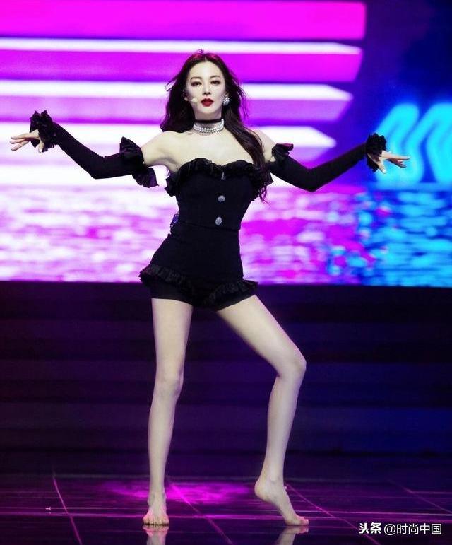 时尚中国丨肤白貌美大长腿,张雨绮、童谣、万茜露背连体裤A爆了