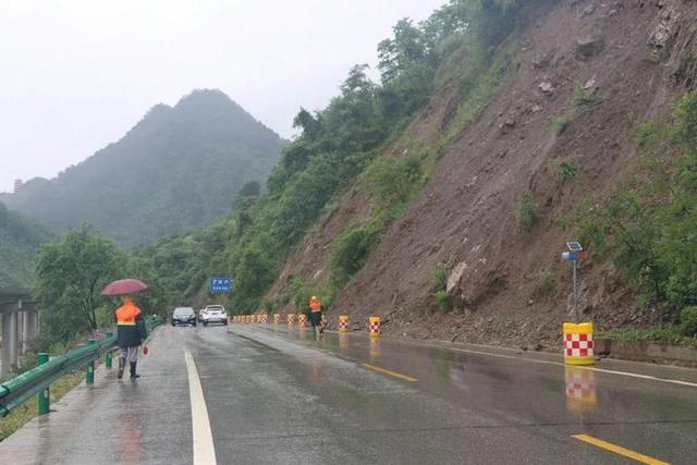 西安晚报@210国道西乡段出现一处山体安全隐患