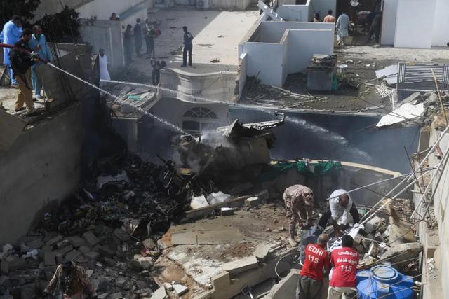 环球时报奇迹?!巴基斯坦航班坠机事故目前已发现2名幸存乘客