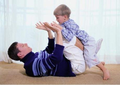 """『你的育儿经』宝宝刚出生三个月,脊柱""""弯了"""",医生:父母带娃别做这3件事"""
