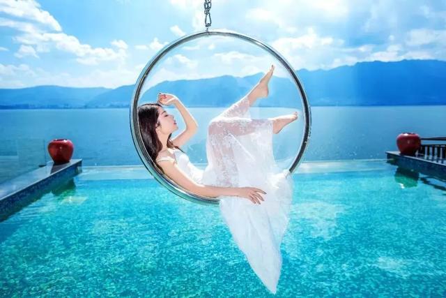 【约吗旅行】大理洱海这座网红打卡民宿,有无边泳池、漂浮床、透明船丨美人鱼