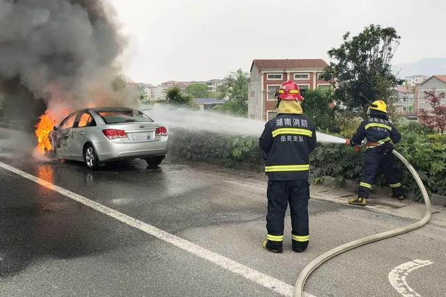 汽车资讯■107国道临湘往岳阳方向,一辆小轿车开着开着就燃了