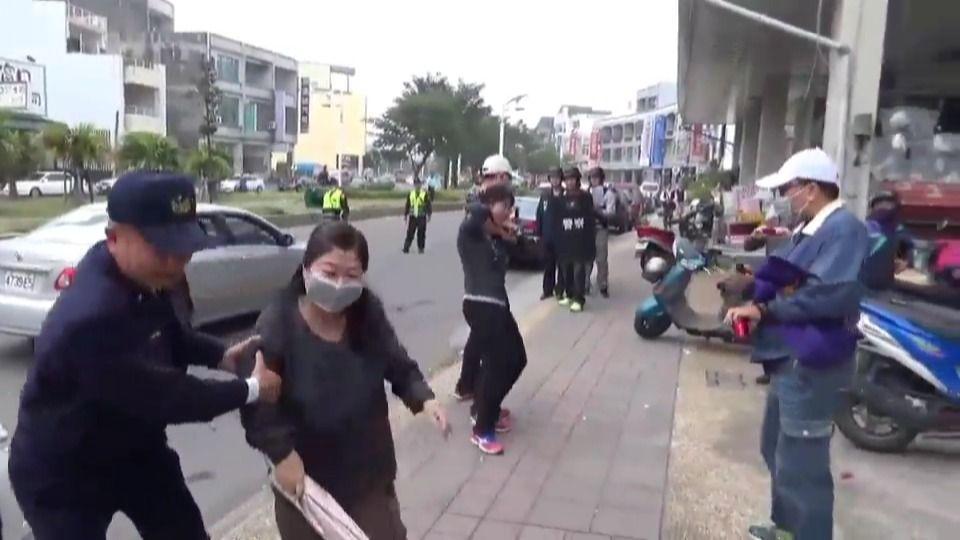 新加坡娱乐平台:警方演习逼真_路人大妈奋不顾身冲向抢匪救人质