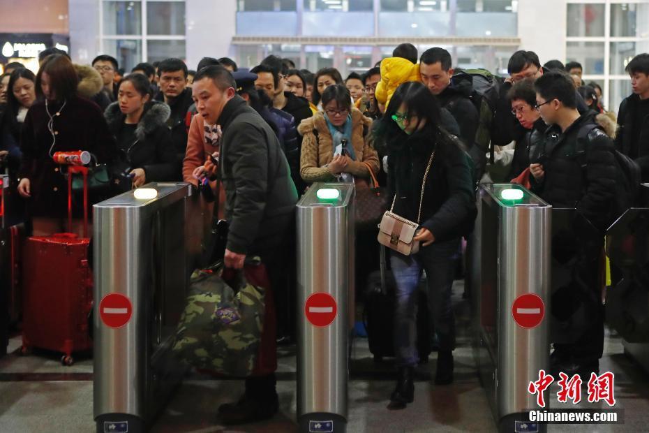 春节假期结束 各地铁路春运客流持续保持高位运行