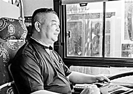 70岁大伯背着全部身家去旅行  一生积蓄被公交司机捡到