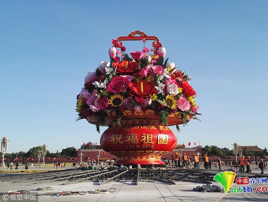 北京:天安门广场中心花坛完成吊装