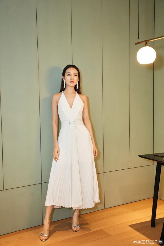 37岁王鸥又换新造型,长发搭配白色吊带连衣裙减龄时髦,秒变18岁
