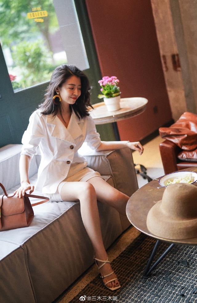 夏日高级穿搭,白色西服搭配短裙显高显瘦,颜值气质提升1个档次