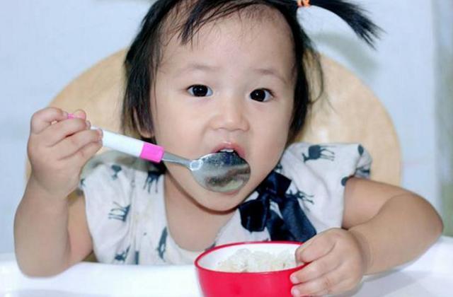 8个月宝宝肠坏死,儿科医生:不满1岁的娃,忌3种辅食,别大意