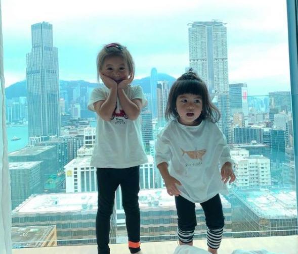 贾静雯俩女儿近照,2岁波妞颜值逆袭了,比咘咘还要惊艳