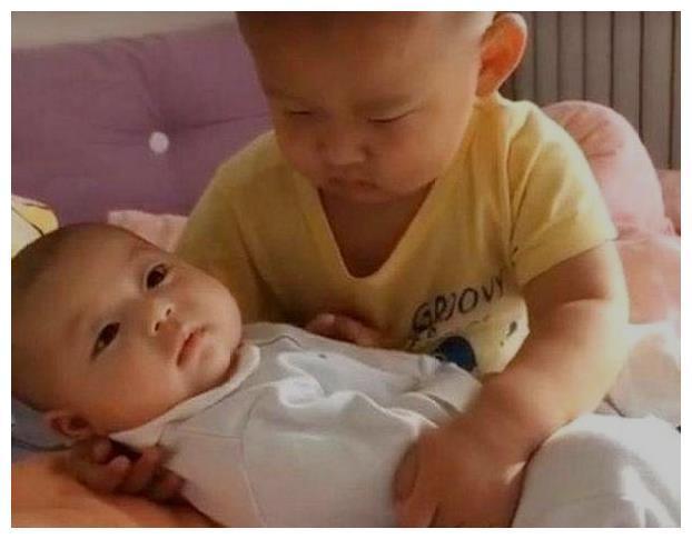 3岁哥哥哄弟弟睡觉,没想到先把自己给哄睡着了,宝妈哭笑不得