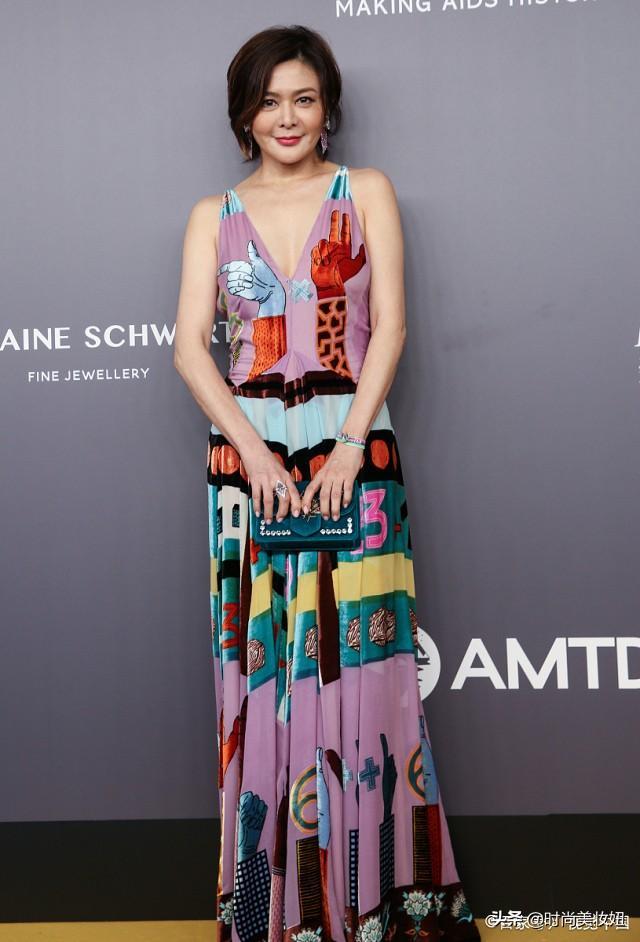 关芝琳57岁又怎样,一袭彩色连衣裙优雅又高级,好气质不惧时间
