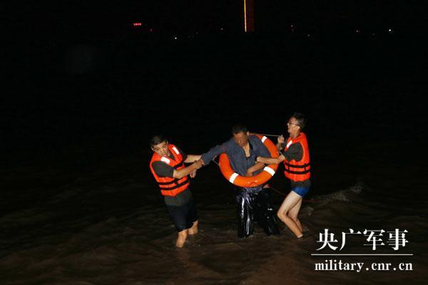 「中国之声国防时空」救人!两名战士跳入长江