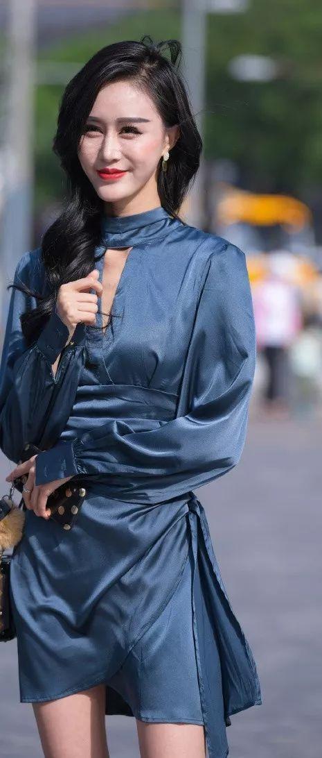 时尚街拍:美女穿蓝色连衣裙,好似优雅贵妇,彰显女人韵味