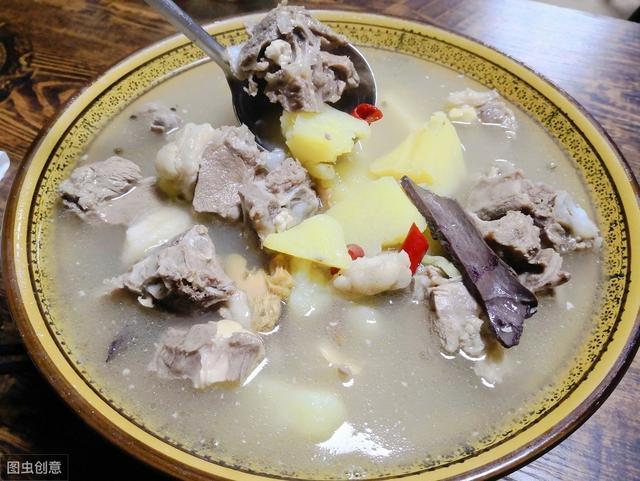 炖羊肉汤,有人焯水,有人直接炖?大厨教你一招,汤汁浓白不膻