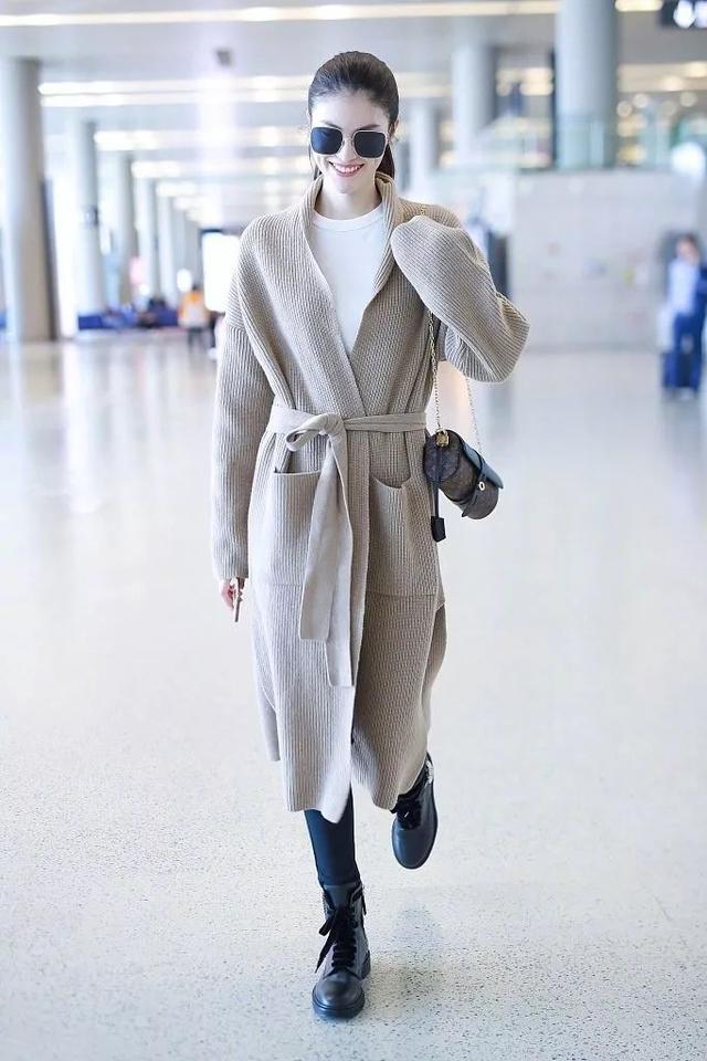 2019年秋冬,短款毛衣不再是流行了,飘逸长毛衣才是新潮流